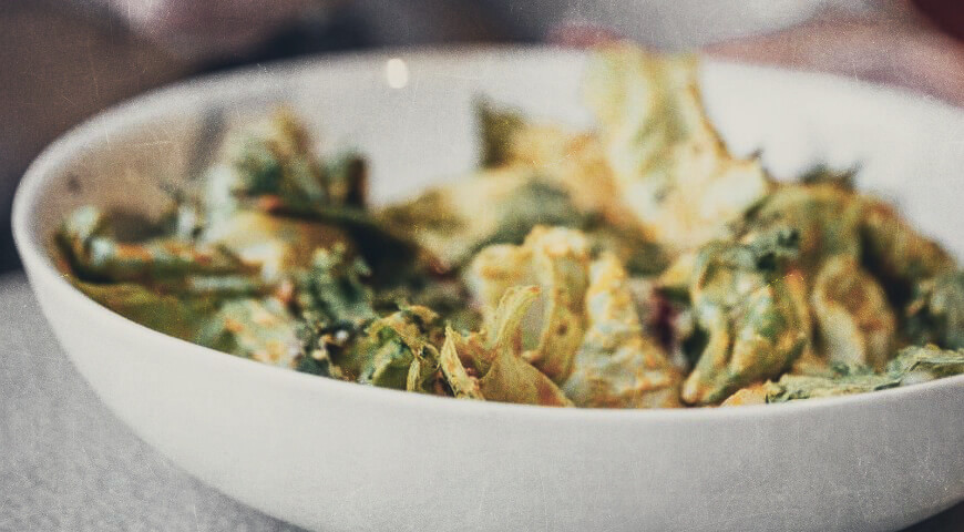 Салат с авокадо, киноа и чипсами из кейла