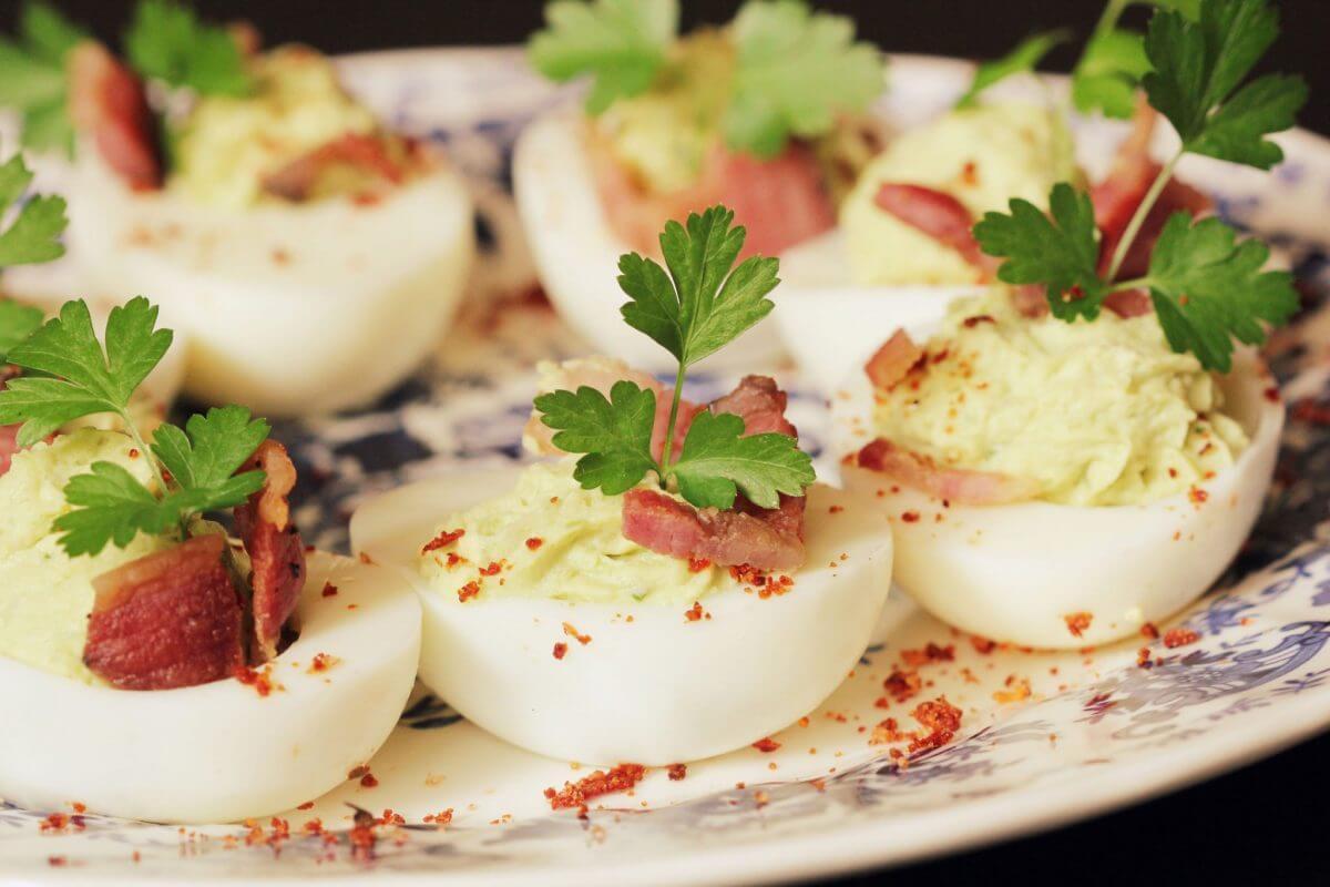 Рецепт фаршированных яиц с беконом