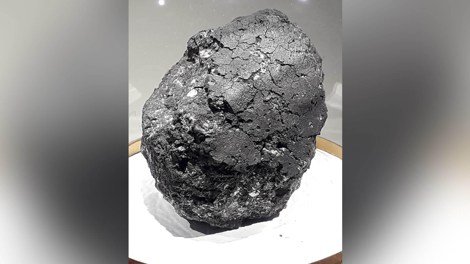 Фрагмент метеорита Оргей из коллекции Национального музея естественной истории в Париже.