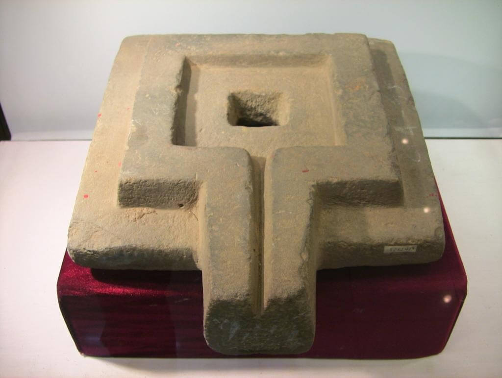 Каменная йони, найденная в Лам Донге.