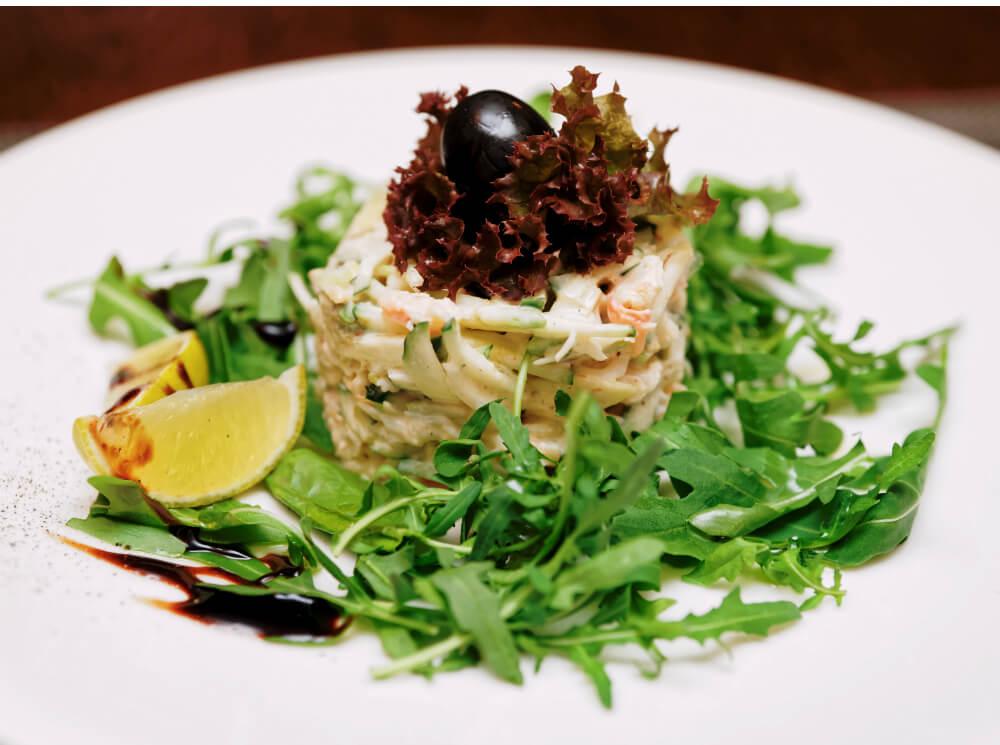 Салат с мясом краба и пряной рукколой