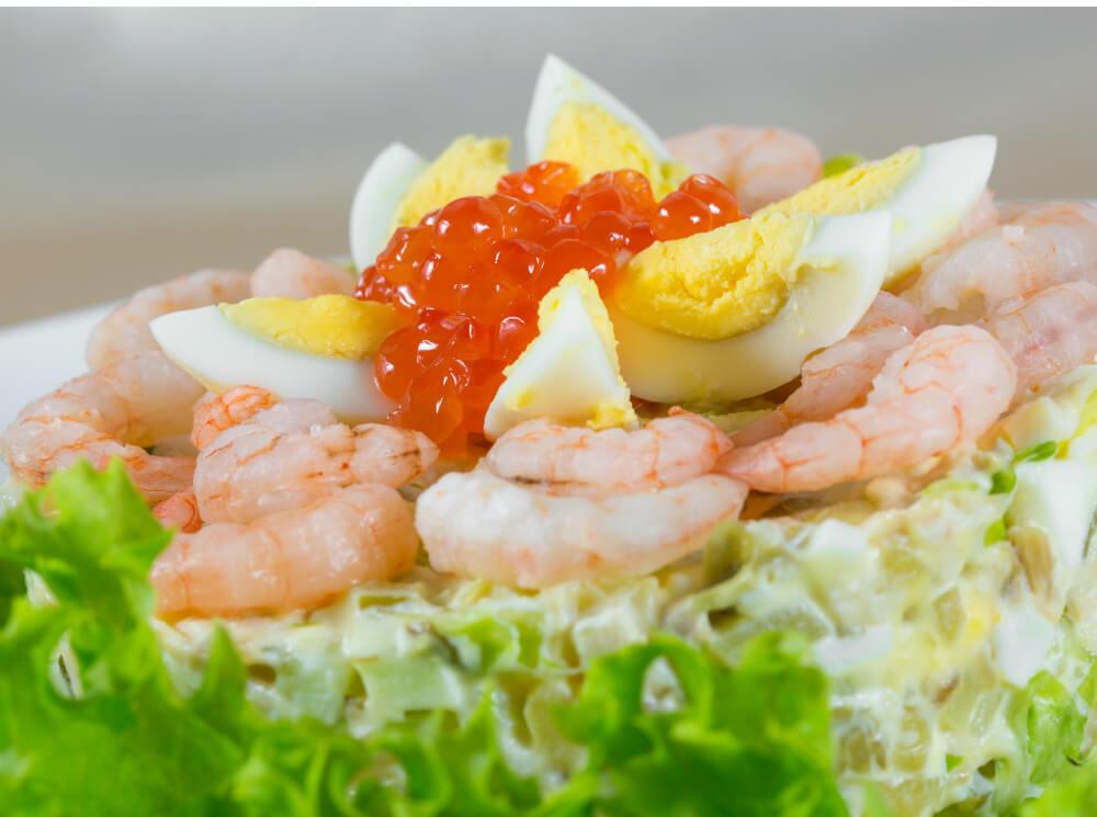 Салат с креветками, крабом и красной икрой