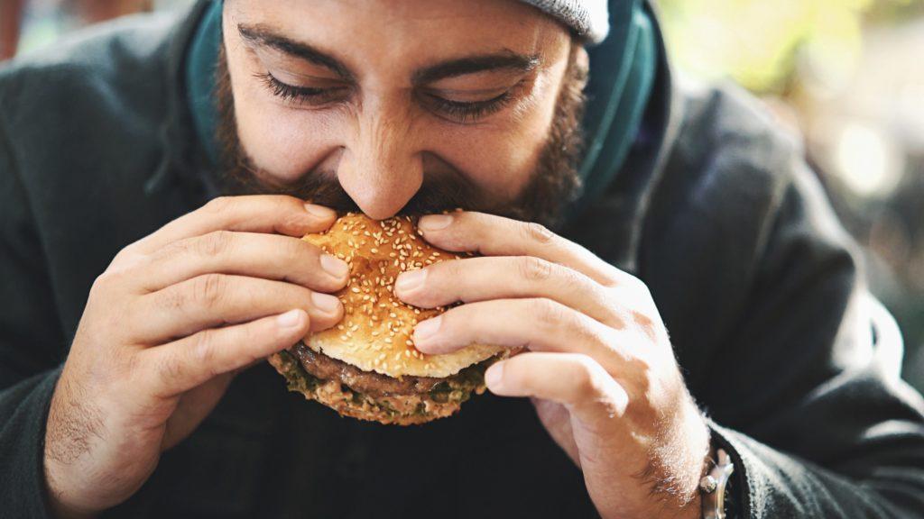 парень ест