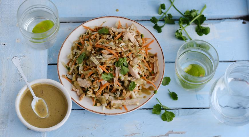 Салат из курицы с овощами и арахисовой заправкой