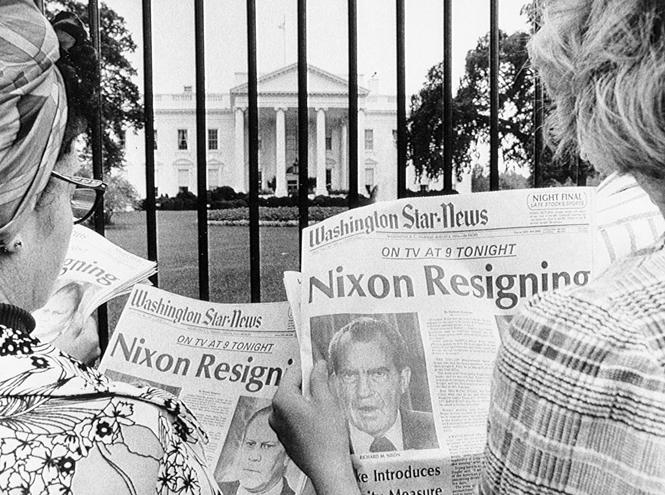 """Газеты с заголовками: """"Никсон уходит в отставку"""" на фоне Белого Дома, 8 августа 1974 года"""