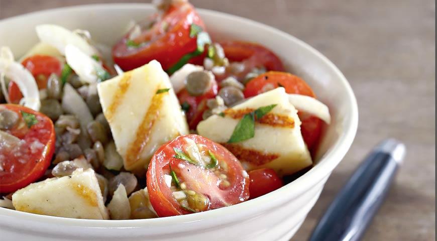 Халуми, помидоры черри, лук, кинза и чечевица
