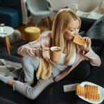 девушка ест вафли