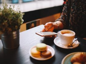 завтрак кофе смартфон