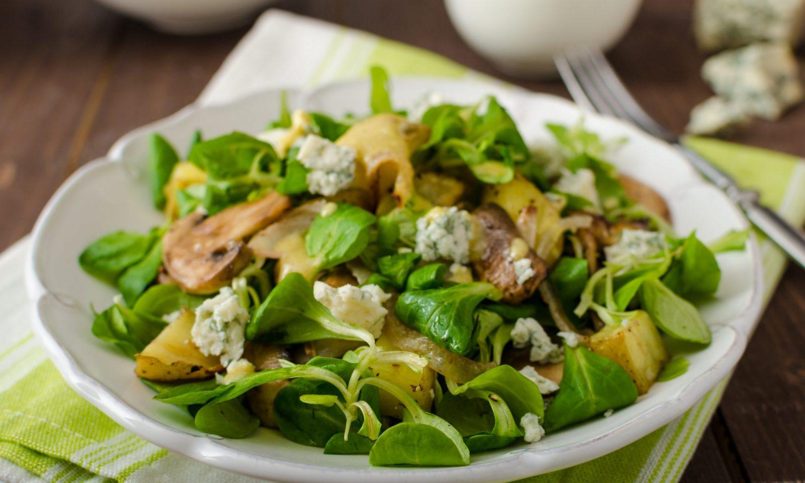 зеленый салат с молодым картофелем