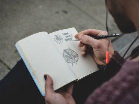 парень рисует