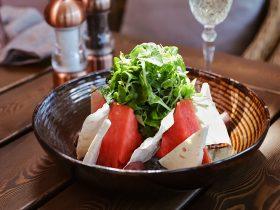 салат с арбузом, брынзой и соусом песто