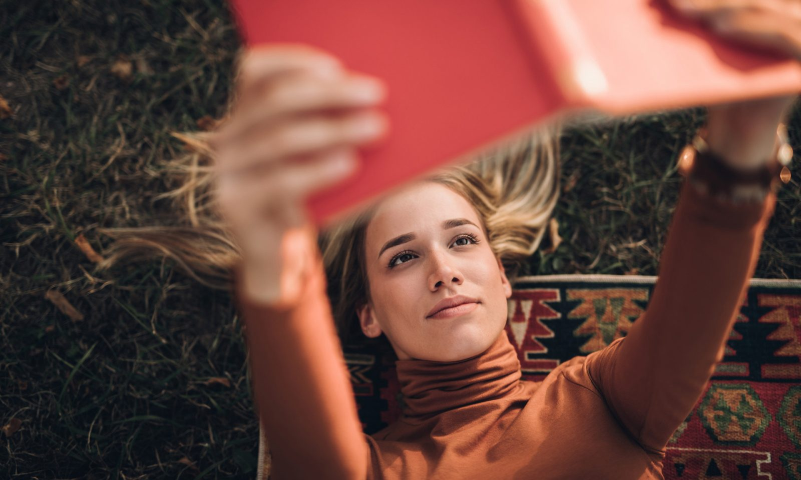 девушка читает книга