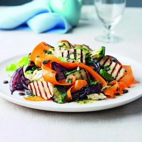 Тёплый салат из овощей гриль и козьего сыра