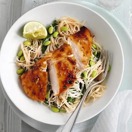 Салат из курицы с рисовой лапшой