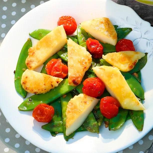 Тёплый салат с жареным сулугуни