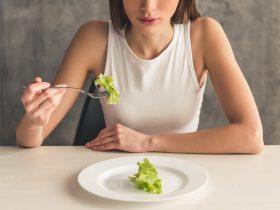 девушка ест салат диета