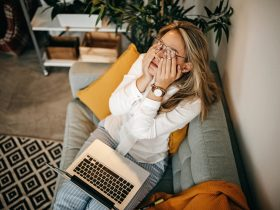 девушка ноутбук усталость
