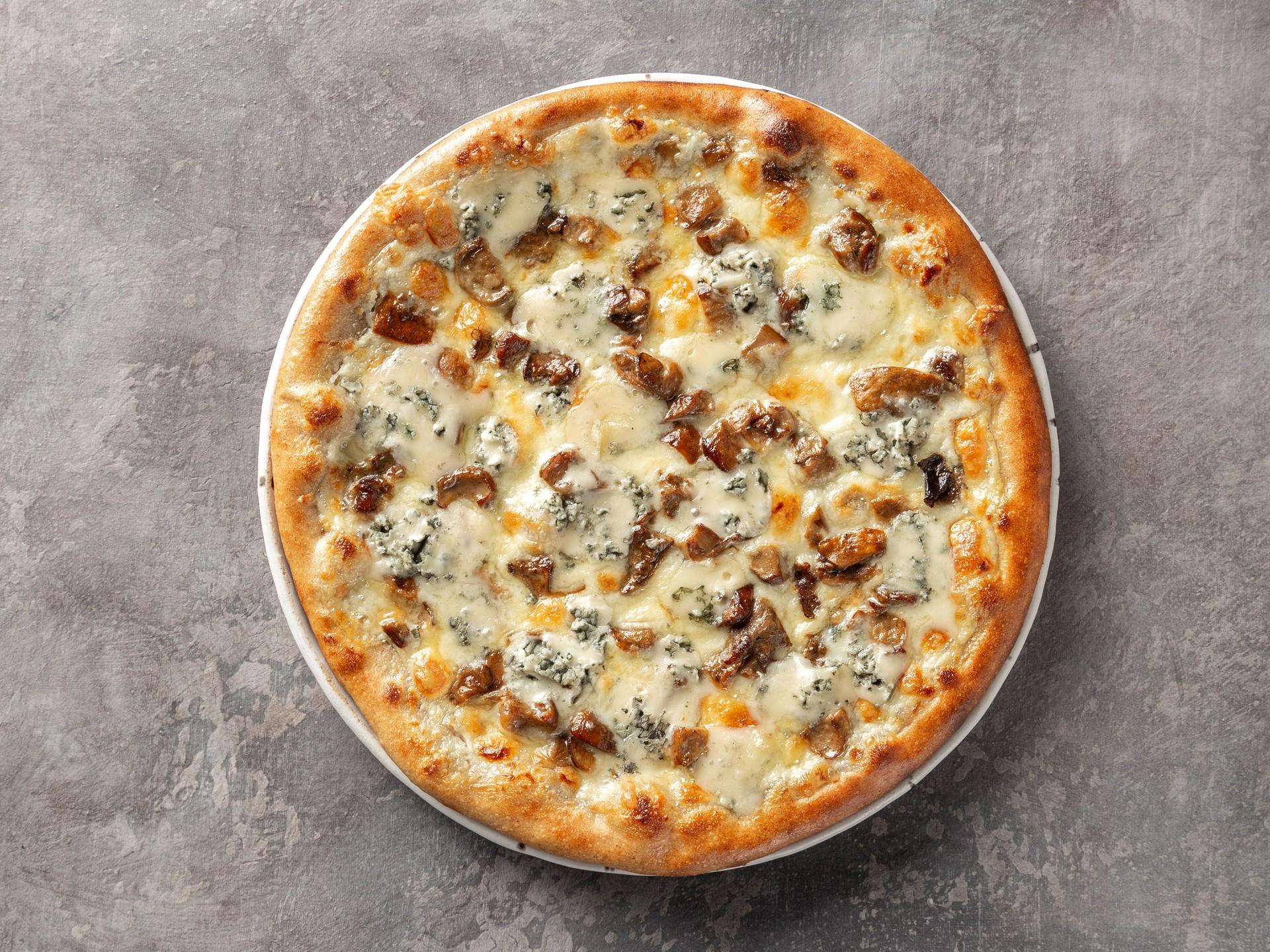 Пицца с белыми грибами и сыром дорблю