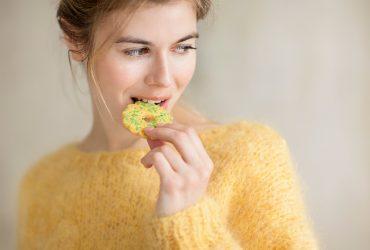 девушка ест диета