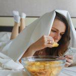девушка ест